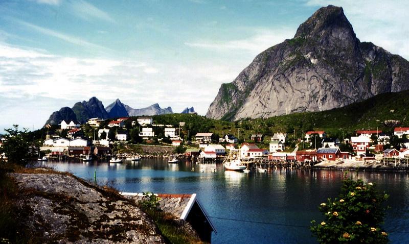 Рейне, Лофотенские острова В деревушке под названием Рейне на острове Москенесёй проживает 329 человек. Весьма скромные размеры не стали помехой для того, чтобы место попало в список самых красивых уголков во всей Норвегии.