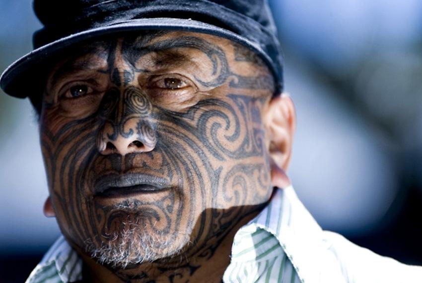 Та-моко, Новая Зеландия Это традиционная татуировка народа маори. В былые времена наносилась она с помощью зубила «ухи». Его опускали в краску, после чего размещали на коже и ударяли по зубилу специальным молотком. Такая техника сильно травмировала кожу, иногда проколы на лице были сквозные. Краситель состоял из угля древесины упавшего агатиса, вероники или жженых кордицепсов, лекарственных растений и растительного масла. Современные же мастера предпочитают использовать обычную машинку и инструменты. Узорами моко покрывается нижняя часть тела и лицо.