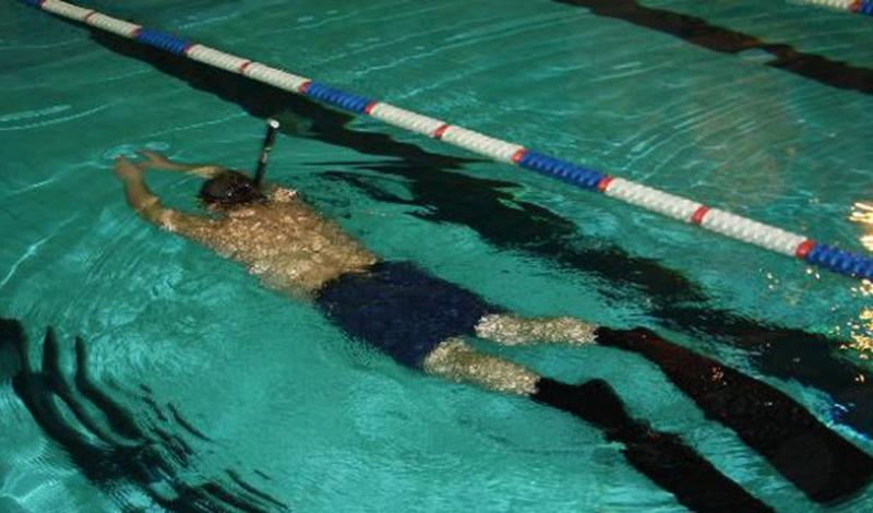 Тренировки в воде Нет, не под водой — хотя и это неплохо. Тело в воде испытывает дополнительные нагрузки, ему приходится преодолевать сопротивление стихии. Следовательно, напрягаются и легкие, стремящиеся поставить больший объем кислорода в кровь. Тренироваться с весами стоя по шею в воде будет одновременно и проще, и сложнее, чем на суше. Проще — поскольку веса станут легче, тяжелее — поскольку вы наверняка не привыкли к такому типу занятий.