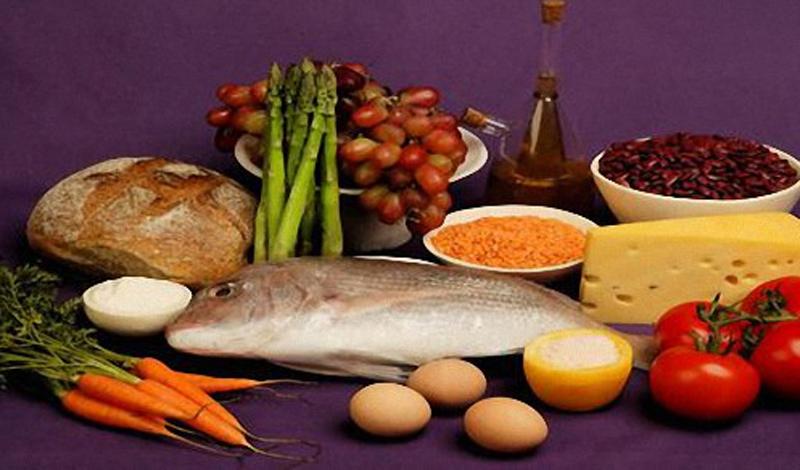 Обдуманное питание Поговорка «Ты — это то, что ты ешь» появилась не просто так. Еда не только дает нам энергию для жизни, но и защищает от внешних воздействий. Однозначно необходимо придерживаться рациональной схемы питания: организму нужны белки как животного, так и растительного происхождения. Очень полезны для иммунной системы говяжья печень и различные морепродукты: креветки, кальмары, мидии и обычная рыба.