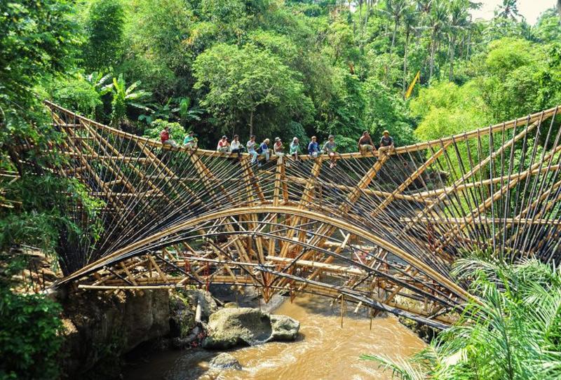 В портфолио дизайнера можно найти самые разные бамбуковые конструкции: от простых домов до школ и мостов. Этот, например, располагается в деревне Sibang Kaja. Длина конструкции составляет 23 метра — это один из крупнейших бамбуковых мостов в Азии.