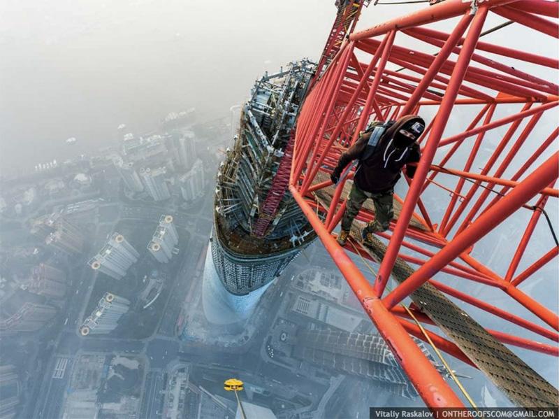 Покорение Шанхайской башни происходило на рассвете. На момент съемки башня находилась еще на стадии строительства.