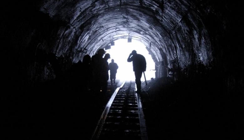 Подземелье смерти Год события: 2010Место: шахта золотодобычиВыжившие: 33 человека из 75 Обвал на шахте золотодобытчиков, да еще и в Чили — дело не то, чтобы обычное, но и не удивляющее никого сверхмеры. В 2010 году земля поглотила всю смену горняков, 75 человек. После длительных спасательных работ, удалось достать меньше половины живых людей. Многие из них находились в состоянии крайнего психического истощения, а на вопросы, как им удалось продержаться такое количество времени без еды и воды, начинали плакать. Год спустя, на восстановительных работах в шахте, были обнаружены тела со следами человеческих зубов на них. Само собой, дело не стали передавать в суд и тихо замяли.