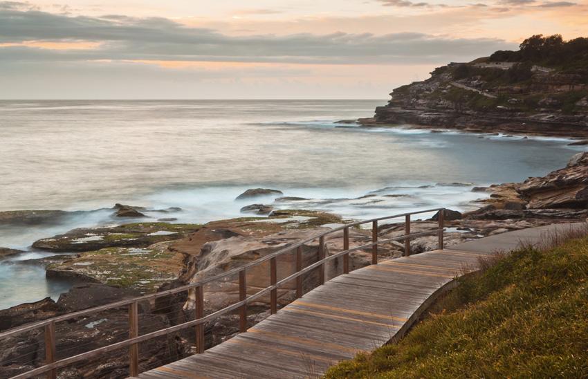 Вдоль Тихого океана, Сидней Помимо всего прочего, Сидней знаменит своими белыми песчаными пляжами — вдоль них и проходит большинство бесконечных пешеходных маршрутов. Вас ждут фантастические по красоте рассветы и закаты, встреча с редкими видами птиц и толпами серферов. Основным саундтреком похода выступает шелест волн Тихого океана.