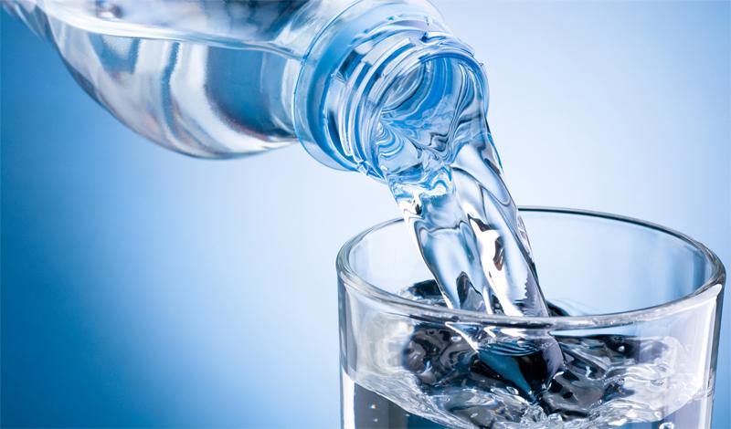 Вода и токсины Широко распространено убеждение, что вода вымывает токсины из тела. Это не совсем так. Популярное заблуждение гласит — много воды поможет вашему организму справиться с последствиями тяжелого уик-энда. На самом деле, достаточно количество воды поддерживает функциональностьметаболизма, частью которого является естественный процесс детоксикации печени. Но слишком много H2O может, фактически, процесс этот предотвратить, поскольку переизбыток воды снижает концентрацию соли в крови. Что может, в свою очередь, привести к повреждению как печени, так и почек.