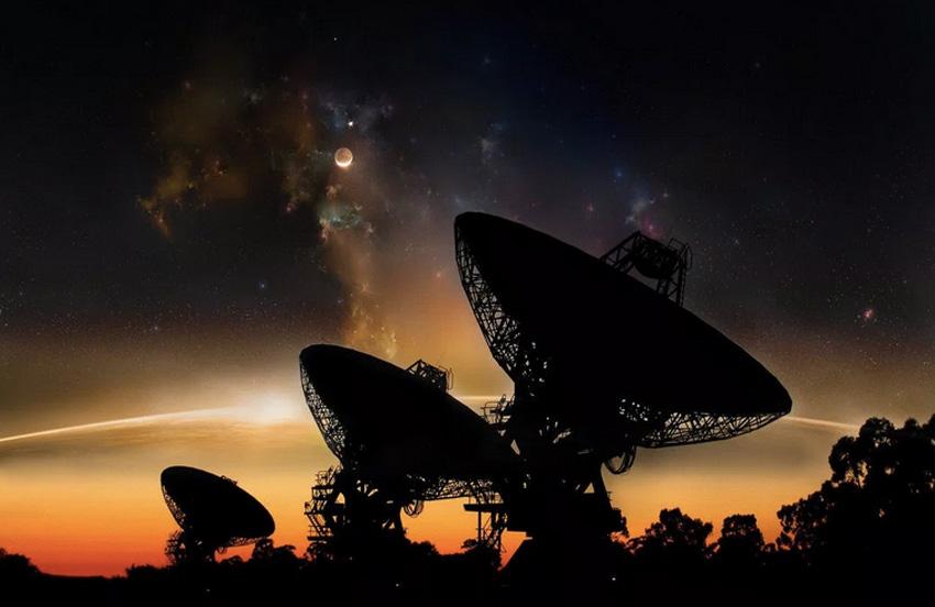 Где все Диаметр обозримой вселенной составляет 92 миллиарда световых лет, наполненных миллиардами галактик со звездами и планетами, тем не менее, видимые следы жизни присутствуют только на Земле. Статистически шанс, что мы являемся единственной формой жизни во Вселенной до невозможного мал, но почему же мы до сей поры ни с кем не связались? Эта загадка известна как Парадокс Ферми. Было предложено множество объяснений этого парадокса, причем некоторые из них вполне правдоподобны. Мы можем вечно рассуждать о каких-то вероятных сценариях: пропущенных сигналах, о том что они уже здесь, а мы и не знаем об этом, они не могут или не хотят связываться с нами. Или – вот самый разочаровывающий сценарий – Земля действительно единственная обитаемая планета во Вселенной.