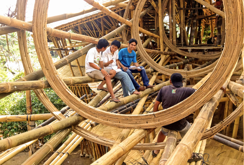 Вместо обычных, стальных гвоздей при строительстве дизайнеры используют специальные бамбуковые гвозди. Стандартные гвозди применяются лишь для фиксации ключевых фрагментов конструкции.