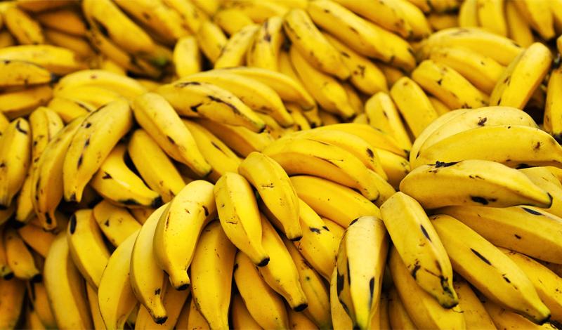Бананы Уникальное свойство бананов — поддерживать необходимый уровень сахара в крови. Обычно, свою дозу глюкозы мы стараемся получать из более вредных продуктов: сладких батончиков и напитков, куда сыпем сахар без меры. Ни к чему хорошему это, поверьте, не ведет. Энергетическая ценность бананов очень высока, ими можно перекусить как в походе, так и после активной физической тренировки. Много ли места займет пара-тройка бананов?