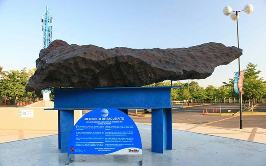 Бакубирито Где: Мексика Вес: 22 тонны Этого «железного монстра» обнаружил геолог Гилберт Эллис Бейли в 1892 году. Как и большинство метеоритов, он был назван в честь места, где его нашли. Метеорит выставлен в Центре наук Centro de Ciencias de Sinaloa, расположенном в городе Кульякан.
