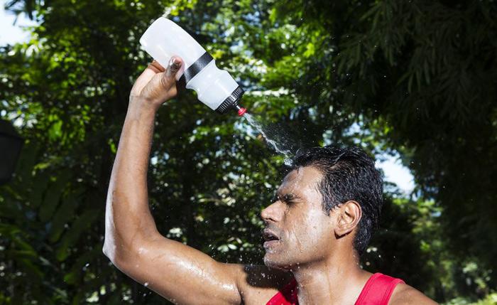 Акклиматизация Во время тренировки выработка тепла работающими мышцами увеличивается, температура тела повышается. Чтобы тело не перегрелось, организм запуск механизм потоотделения. Высокая температура окружающей среды способствует как ускорению потоотделения, так и проникновению кишечных бактерий в кровоток: при интенсивных нагрузках в жару, бактерии просачиваются в кровь быстрее. Если для тренировок выбирать пространство с более высокой температурой, можно отсрочить запуск этого процесса во времени. Таким образом, когда в следующий раз вы решите проверить себя на выносливость в жарком месте, для организма акклиматизация пройдет безболезненно и не потребует много времени.
