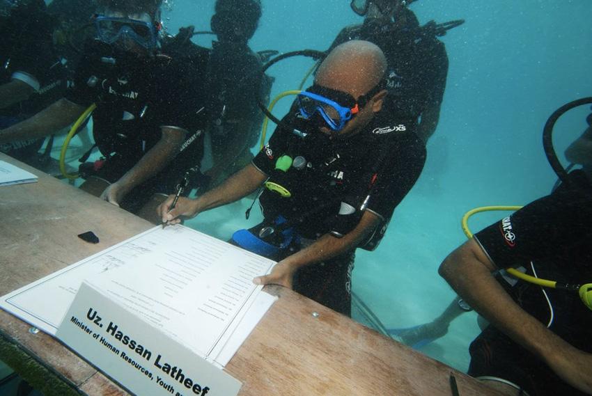 Заседание Правительственной комиссии В 2009 году Мохамед Нашид провел под водой первое в мире совещание кабинета министров. Участники заседания были облачны в гидрокостюмы и акваланги. Заседание проходило на глубине 6 метров, вблизи острова Гирифуши. Таким образом президент Мальдивской республики хотел привлечь внимание к проблеме изменения климата и повышения уровня океана.