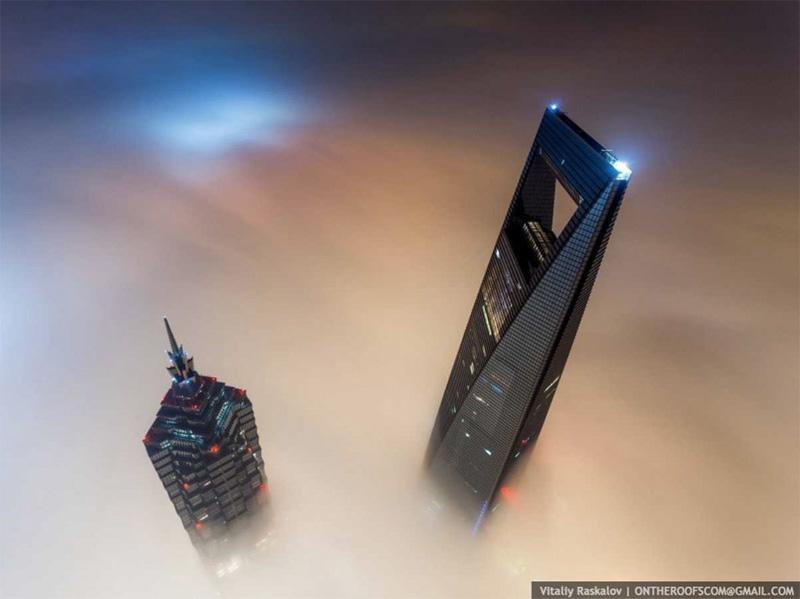 Высота башни составляла примерно 650 метров вместе со стрелой крана — на нее руферы и залезли. С башни удалось снять соседние комплекс Цзинь и Шанхайский всемирный финансовый центр.