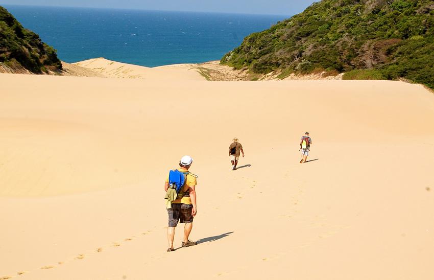 Тропа Кози-Бей, Южная Африка Тропа проходит в одноименном районе, известным своей системой соленых озер. Здесь вы окажитесь вдали от цивилизации, среди нетронутой природы. Путь пролегает через песчаные дюны, а затем вдоль берега Индийского океана.