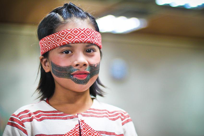 Птасан, Тайвань У коренной народности Тайваня атаял существует традиция наносить татуировки на лицо. Рисунок наносят при достижении определенного возраста: так, у женщин он обозначает способность шить одежду и вести дом, у мужчин узоры на лбу — переход в зрелый возраст, на подбородке — что он стал отцом. Рисунок набивается инструментом аток — шипов мандаринов или апельсинов. По иголке бьют молотком тотсин. Основу чернил составляет обугленная сосновая смола. Традиция птасан постепенно забывается. Как дань уважения предкам, иногда их потомки наносят временный традиционный рисунок.