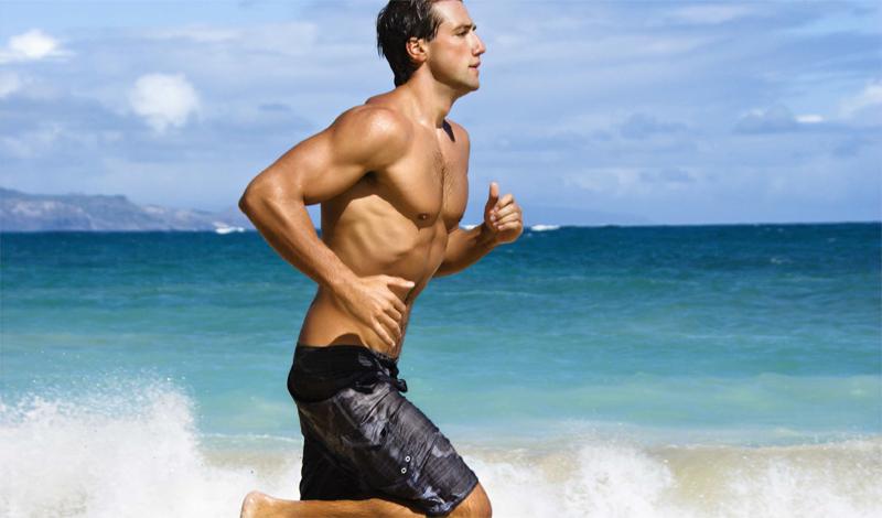 Носовое дыхание при беге Бег очень требователен к объему легких и выносливости марафонца. Дышать как в обычной жизни тут не получится: нужно, для начала, научиться рефлекторно втягивать воздух правильно. Для начала подойдет стандартная схема — вдыхаем носом, выдыхаем ртом. Дышать необходимо животом. Развить эту способность можно довольно простым упражнением. Лягте на пол и положите на живот книгу. При каждом вдохе акцентируйте внимание на том, чтобы она поднималась. Так вы задействуете диафрагму, подключив глубокое, экономичное дыхание. Недели подобных тренировок хватит, чтобы организм привык дышать животом и уже автоматически подключал этот способ при больших нагрузках.
