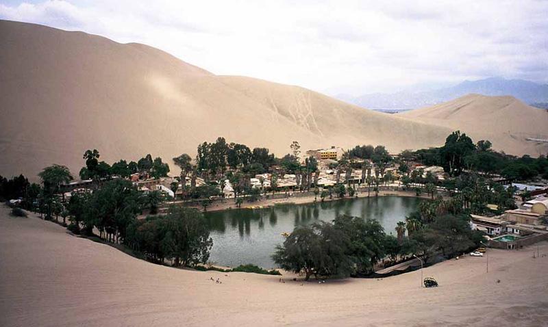 Уакачина, Перу Деревня-оазис в регионе Ика располагается в 5 часах от Лимы. Прямо посреди пустыни постоянно проживают 115 человек.