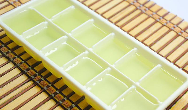 Ледяные кубики с алоэ Масла растения алоэ прекрасным образом увлажняют, питают, а главное — охлаждают уставшую от солнечных лучей кожу. Возьмите обычный гель с алоэ вера и разлейте его по формам для льда. Ночь в морозильнике превратит эту субстанцию в прекрасное средство, которым можно освежить кожу в любую жару.
