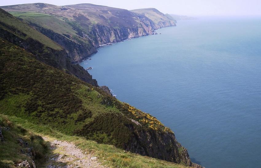Побережье Уэльса, Великобритания Прибрежная тропа протянулась вдоль всей береговой линии на 1400 км. Помимо лесов и панорам Ирландского моря во время похода здесь можно увидеть средневековые замки и загадочные руины. В некоторым местах тропа проходит мимо природных заповедников.