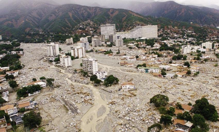 Варгас, Венесуэла, 1999 год Дожди, продолжавшиеся неделю, вызвали сильнейшие наводнения, оползни и сели. Стихия унесла жизни десятков тысяч людей, тысячи остались без крыши над головой. Наводнение 1999 года стало самым страшным природным бедствием в истории страны.