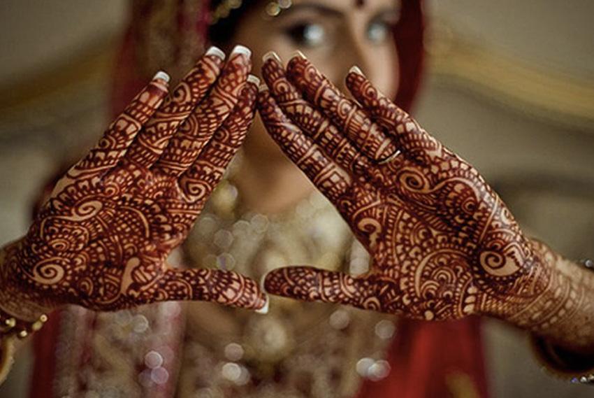 Менди От других татуировок менди отличается тем, что рисунок временный. Узор держится до 3-х недель, а традиция наносить его зародилась 5000 лет назад. Рисунком расписывают тело женщин по особым случаям, вроде дней рождений, свадьбы, а также различных праздников. Наносят узоры хной. Техника широко применяется в Индии, арабских странах, Северной Африке, Индонезии и Малайзии.