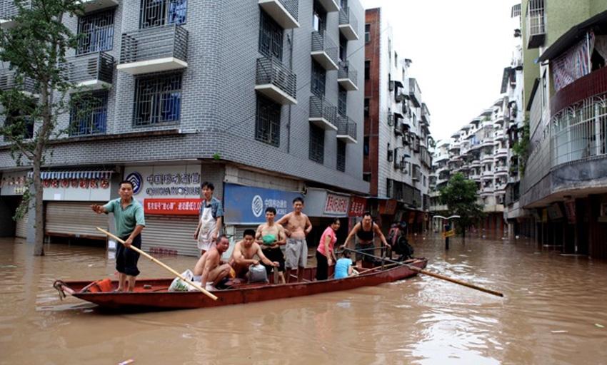 Янцзы, Китай, 1998 год Уровень выпавших осадков в период весеннего паводка оказался значительно выше нормы. В результате вода прорвала плотины и затопила огромные площади. Жертвами наводнения стали 3700 человек. Без крыши над головой остались 14 млн. жителей. Экономический ущерб от наводнения составил порядка 30 млрд долларов.