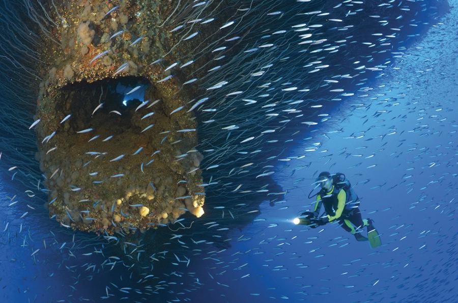 Атолл Бикини, Маршалловые острова В период с 1946 по 1958 год на атоллах Бикини и Эниветок США провели 67 ядерных испытаний. В 2011 году на атолле постоянно проживало всего 9 человек. Уровень радиации на атолле по-прежнему выше нормы. И как бы не был высок соблазн погрузиться с аквалангом в местных водах, в которых в отсутствии рыболовства последние 65 лет сохранился богатый подводный мир, от этого острова лучше держаться подальше.