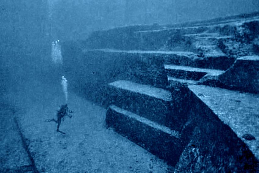 Древний японский монумент У острова Йонагуни, входящего в группу Яэяма островов Сакисима архипелага Рюкю, в 1985 году дайверы наткнулись на неизвестное скальное образование. Находка получила название монумент Йонагуни. Структура имеет прямые стороны и напоминающие лестницы террасы. Ученые предполагают, что монумент был построен около 5000 лет назад.