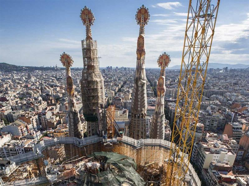 Знаменитый собор Антонио Гауди в Барселоне парни, как обычно, рассматривали сверху. Помимо шпилей собора с вершины открываются лучшие виды на город.