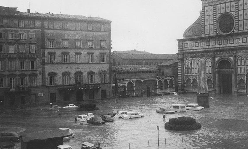Арно, Италия, 1966 год В ноябре 1966 года река Арно вышла из берегов и затопила Флоренцию. Наводнение было спровоцировано сильнейшими дождями. В результате действий стихии погибло 149 человек, более 5000 остались без крова. Кроме того, вода уничтожила бесчисленное количество шедевров искусства, рукописей и книг.