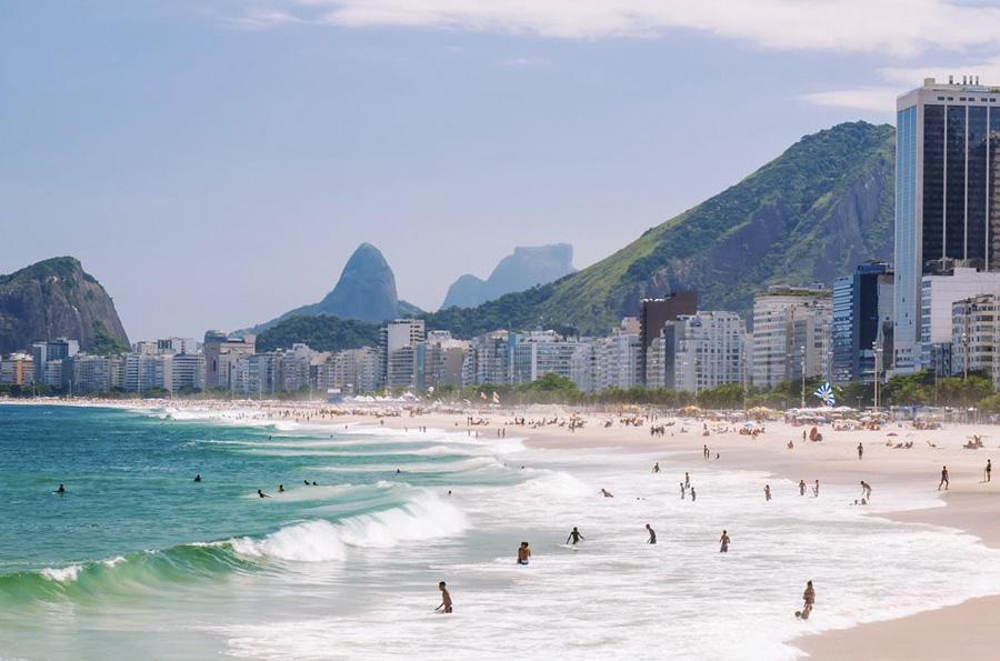 Копакабана, Бразилия Этот пляж является одной из главных визитных карточек Рио. В отличие от других опасных пляжей мира, в воде туристов не поджидают ни ядовитые медузы, ни акулы. Зато здесь путешественники легко могут стать жертвой грабителей. Отправляясь на главный пляж Рио, все ценные вещи лучше оставлять в сейфе в отеле.