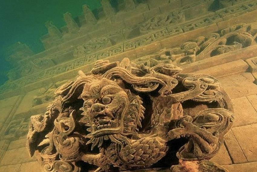 Древний город В провинции Чжэцзян в Китае на дне Озера тысячи островов располагается целый город. Во время строительства ГЭС территорию затопили. Под воду ушло 50 000 акров сельскохозяйственных угодий и 27 городов. Большинство из них сохранилось практически в первозданном виде.