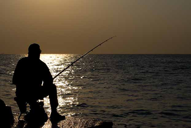 Рыбалка Теперь можно позаботиться и о пропитании. Рыбалка не требует практически никаких навыков и может стать отличным источником пищи в условиях дикой природы. Забыли удочку в машине, до которой теперь несколько десятков километров? Не беда: паракорд способен заменить собой самую крепкую леску. В качестве удилища подойдет, в принципе, любая палка, а крючком может стать обыкновенная скрепка.