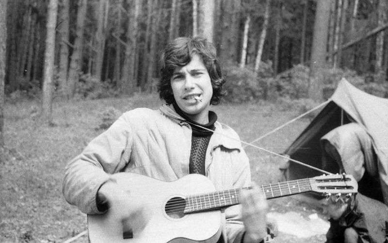 Гитара Наверное, ни один турпоход в Советском Cоюзе не обходился без традиционного пения у костра под гитару. Там же у костра рождался жанр «бардовской» песни, прославлявший быт туриста и проповедовавший патриотизм и любовь к природе.