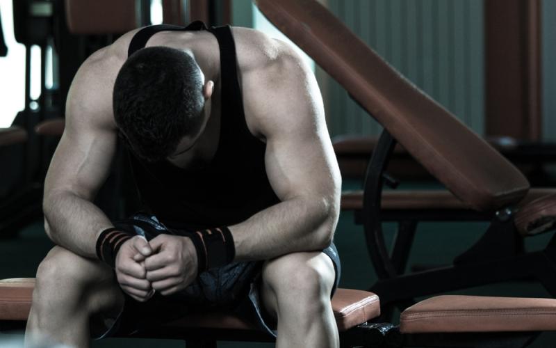 Причины перетренированности Итак, причин появления этого недуга, распространенного среди бодибилдеров и пауэрлифтеров, но жертвой которого может стать каждый, несколько: Тяжелая физическая нагрузка (например, работа с чрезмерным весом в одном повторении без подготовки чрезмерно угнетает ЦНС, на восстановление которой требуется 7-8 дней). Недостаток отдыха – неправильное питание, нехватка сна и т.д. Психологические и физические стрессы, не связанные с тренировкой.