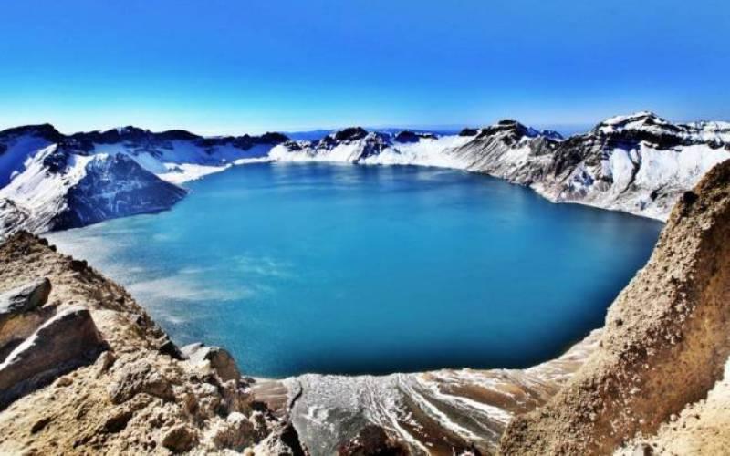 Чудовище из Поднебесной Озеро Тяньчи в Китае образовалось в кратере вулкана Пэктусан. Дословно название озера можно перевести как «Небесное» —этот водоем занесен в Книгу рекордов Гиннесса как самое высокое в мире кратерное озеро (2000 метров над уровнем моря). Впервые с монстром из легенд столкнулись здесь в 1903 году: что-то напоминающее очертаниями огромного буйвола накинулось из воды на охотников, находившихся на берегу. Впоследствии очевидцы еще не раз наблюдали загадочного жителя Тяньчи, а в 2007 году здесь видели одновременно целых 6 неизвестных науке созданий.