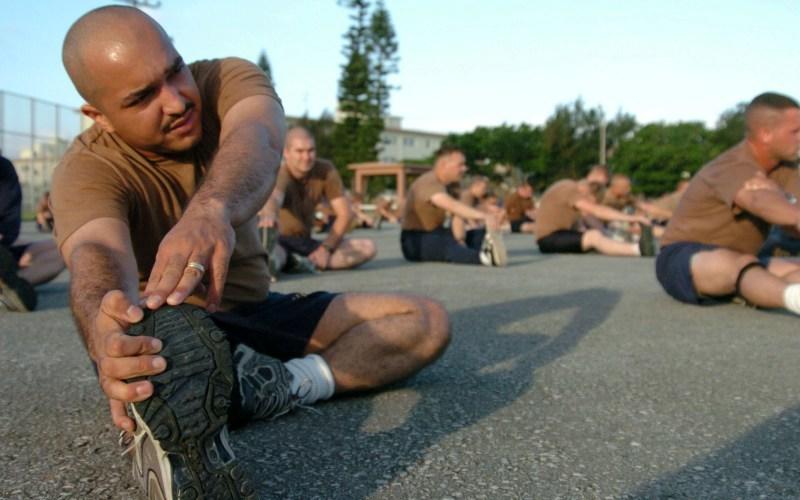 Необходимоделать растяжку перед стартом Привычка бегунов-любителей заниматься растяжкой нижних конечностей непосредственноперед забегом распространена по всему свету. Но не думайте, что если с серьезным видом помахали ногами у лица противника, вы готовы выйти на старт. Растяжка не разогревает ваши мышцы и связки, и, следовательно, не уменьшает риск получить травму. Целесообразнее ее делать после забега.