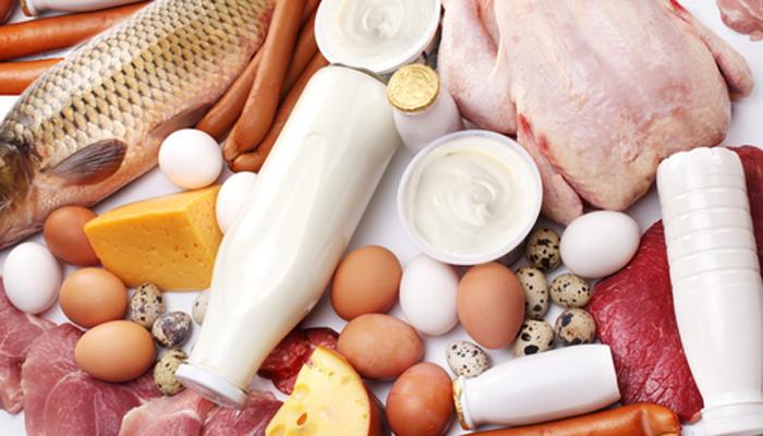 Белковая пища Богатые белком продукты — лучший строительный материал для крепкого, мускулистого тела. Здесь есть все нужные для роста мышц аминокислоты. Не отказывайте себе в мясе, птице и рыбе. Не нужно фанатично отказывать себе в углеводах в угоду белкам: сбалансированное питание должно содержать и то, и другое.