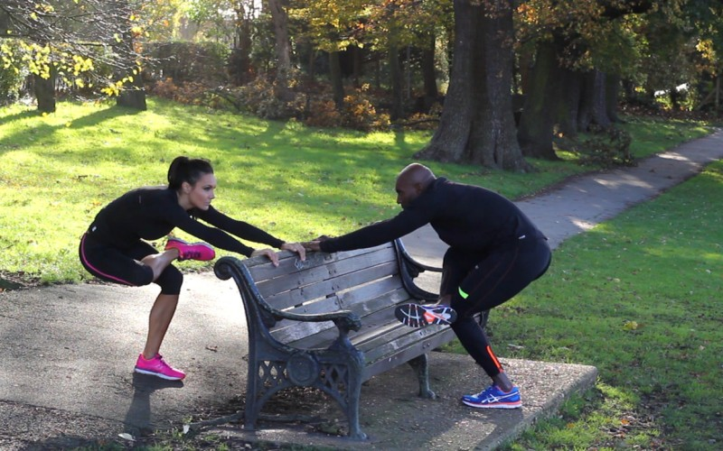 Сразу после тренировки: заминка Закончить тренировку сразу же после последнего выполненного упражнения будет глупым и вредным для здоровья ходом. Легкая пятиминутная кардиотренировка поддержит сердечный ритм в нужном темпе, сохраняя кровообращение в мышцах. Благодаря этому в ваши мышцы еще некоторое время будут поступать кислород и питательные вещества, что в целом обеспечит более быстрое их восстановление.