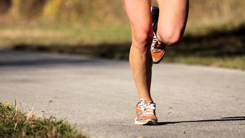 Игнорирование собственного тела Новое начинание, тем более спортивное, всегда сопровождается повышенным выбросом в организм эндорфинов. Вы чувствуете себя сильным и неуязвимым и начинаете игнорировать сигналы, которые подает вам тело. Любая боль, которую вы ощутили во время бега — сигнал для остановки и тщательной проверки. Не нужно бежать, превозмогая себя изо всех сил: иногда гораздо продуктивнее будет дать отдых усталому телу.