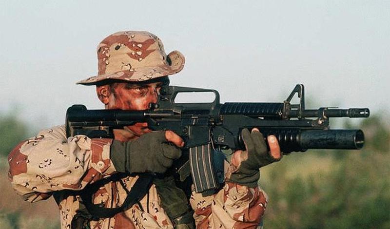 Рождение легенды И пусть тот, кто скажет что выпущенная тиражом около 8 миллионов пушка — не достойна именования легендарной, кинет в меня камнем первым. Первоначально, разработкой перспективного военного заказа занялась коропорация«ArmaLite». Инженер Юджин Стонер, руководивший проектом, взял за основу ранее разработанную им винтовку AR-10, рассчитанную под калибр 7.62мм. В скором времени первые модели AR-15 (военные инженеры вообще не славятся богатой фантазией) блестяще проваливают первые же полевые тесты. Тут бы сказочке и конец, поскольку финансирования на последующую доработку проекта у парней из «ArmaLite» не было вообще — как и на продолжение хоть каких-то разработок. К счастью, очень вовремя на сцене появился (кто бы вы думали?) концерн «Colt's Manufacturing Company». В 1960 году под тем же названием винтовка повторно попадает на суд наряженной в хаки общественности.