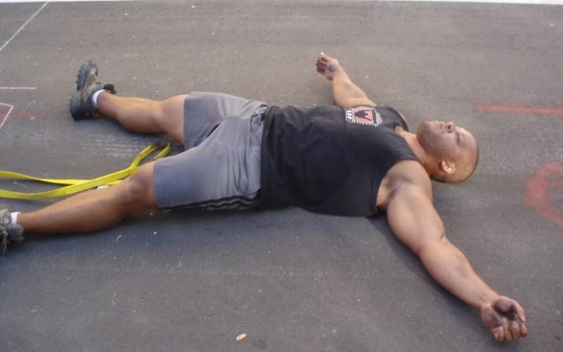 Стадии и симптомы Обычно выделяют три стадии перетренированности, характеризующиеся различными симптомами. I стадия— переутомление. Крайняя степень переутомления – силы спортсмена не восстанавливаются после обычного периода отдыха. Обычно возникает после длительных и чрезмерных нагрузок (многодневных соревнований). Если обычное утомление – нормальная физиологическая реакция на стресс, то переутомление – это уже предпатологическое состояние. II стадия – перенапряжение. Эти же патологические изменения, возникающие при чрезмерной физиологической и/или эмоциональной нагрузке. В начальных стадиях перенапряжение может не вызывать жалоб и не отражаться на спортивных результатах. Однако если вовремя не выявить симптомы и не принять меры, изменения станут необратимыми и перейдут в патологию того или иного органа. III стадия – перетренированность. Состояние, при котором основным симптомом выступает перенапряжение нервной системы – невроз. У спортсмена появляется отвращение к тренировкам, он теряет сон, аппетит, становится раздражительным. Сердечный ритм изменяется, повышается кровяное давление, нарушается координация движений.