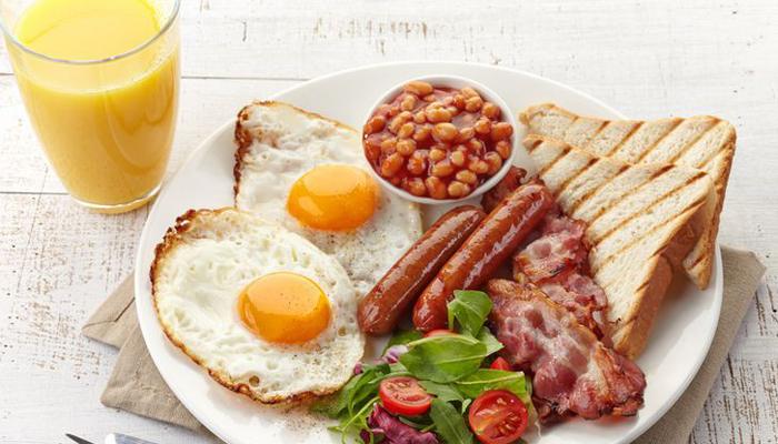 Плотный завтрак Забудьте о постоянных пропусках завтрака. Опаздываете на работу? Начните вставать раньше, чтобы успеть быстро перекусить. Лучше всего будет есть в течение получаса по пробуждении: небольшая зарядка, умывания и сразу завтрак. Вообще, старайтесь есть каждые три-четыре часа — так организм сможет корректно разделить поступающую энергию на весь день.