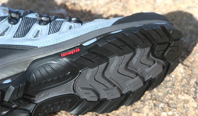 Подошва Здесь, как вы сами понимаете, собирается вся грязь улиц. Подошву нужно чистить минимум раз в неделю: условия современного города, с его реагентами и химической грязью на дорогах, другого выхода просто не оставляют. Заведите себе специальную жесткую губку и просто мойте подошвы обуви мыльной теплой водой — не так уж это и сложно.