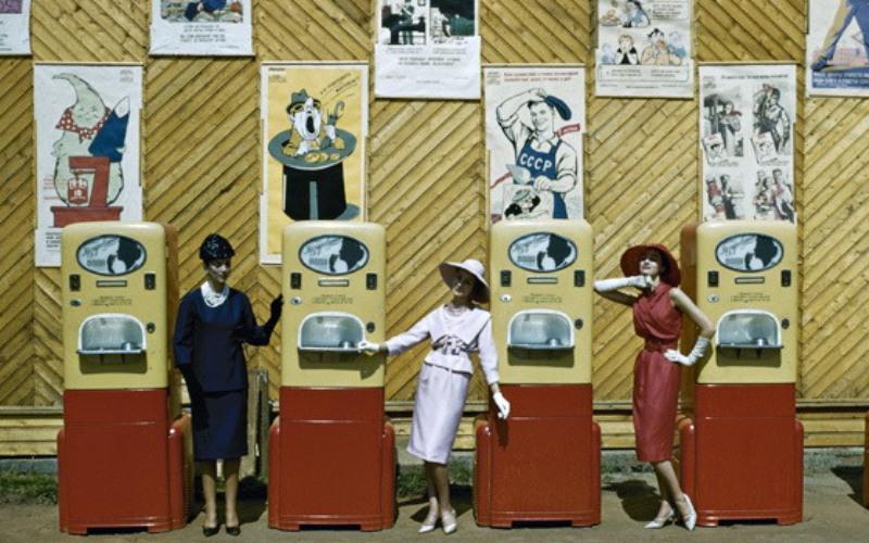 1959 год. Модели Dior позируют у автоматов в Парке Горького