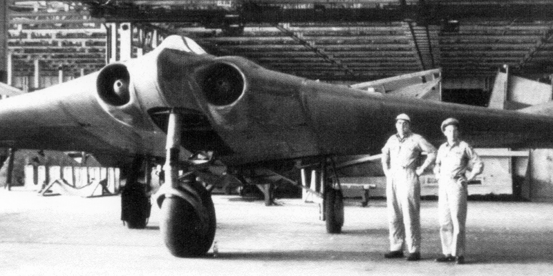 Кто автор Создатели первого в мире самолета с корпусом «летающее крыло», братья Вальтер и Реймар Хортены, были прирожденными авиаторами. Влюбленные в небо конструкторы со скепсисом смотрели на современные им самолеты, считая, что существующая форма не совершенна и не дает пилоту полной власти над машиной. Хортоны начали разрабатывать свой проект еще на гражданке, а продолжили уже в Люфтваффе, где их изыскания встречали вполне благодушно.