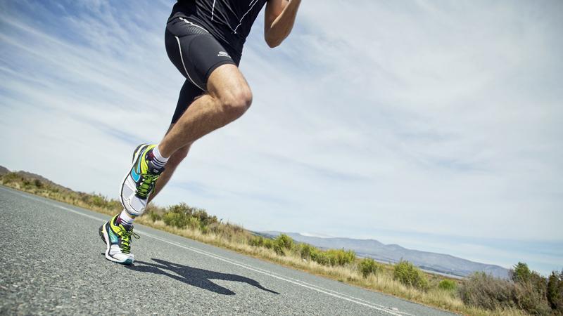 Бег в колее Многие бегуны, почувствовав комфортную им дистанцию и скорость, начинают придерживаться только ее. Спустя какое-то количество времени, они понимают, что не происходит никакого развития: привыкшее к постоянным и стабильным нагрузкам тело перестает отвечать им правильно. Более продвинутые бегуны об этой ловушке прекрасно осведомлены и включают в свой процесс интервальные тренировки — с резкими ускорениями темпа на определенных участках.