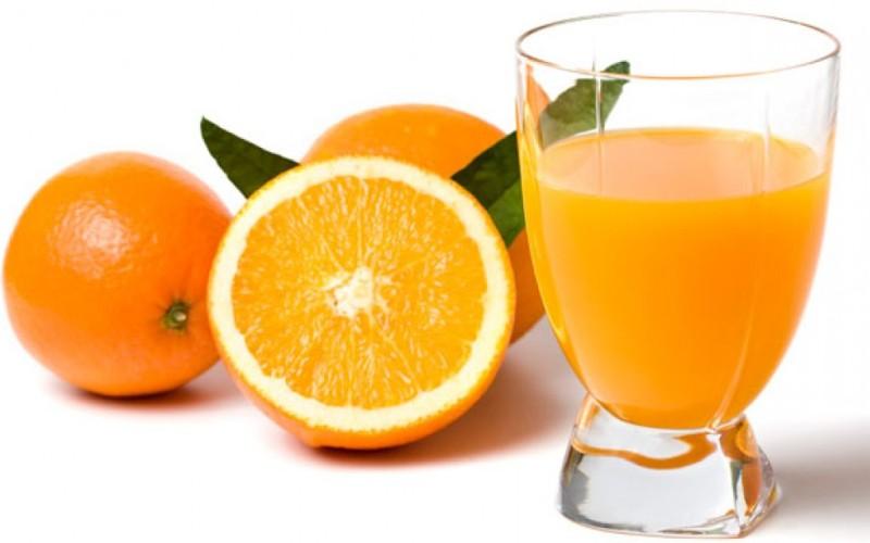 Витамин С Витамин С не только является профилактическим средством против простудных заболеваний, это также незаменимый компонент, участвующий в выработке коллагена. Коллаген (белок, присутствующий в костях, мышцах, коже и сухожилиях) разрушается при сильных стрессах или когда вы поднимаете тяжести. Включение в рацион продуктов содержащих витамин С поможет противостоять разрушению коллагена, повышая скорость его восстановления.