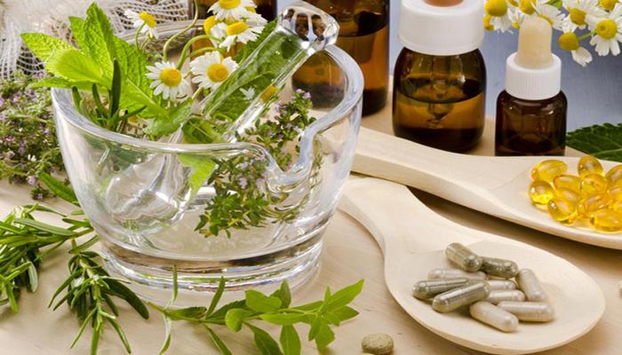 Минералы и поливитамины Обилие витаминов в каждой аптеке приводит к тому, что люди перестают обращать внимание — получают ли они нужные вещества с пищей. Между тем, поливитамины и минералы усваиваются гораздо лучше из натуральных продуктов. Поэтому возьмите себе за правило составлять рацион так, чтобы он обеспечивал вас нужным количеством полезных веществ. Есть, конечно, и такие добавки, которые вполне можно к рациону добавлять. К примеру, ежедневно человек должен употреблять около 10 грамм рыбьего жира — для этого вполне подойдет продаваемый в гранулах продукт.