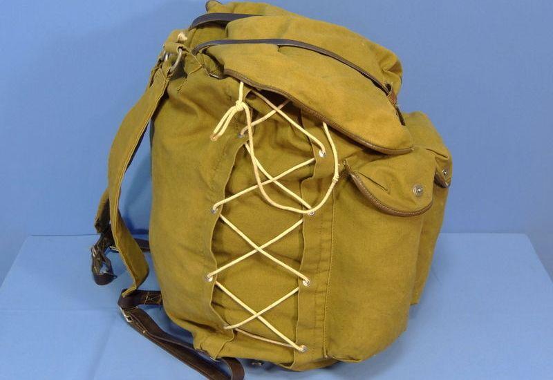 Туристический рюкзак Ярова Поистине легендарный походный рюкзак, названный в честь А. В. Ярова. Это была по сути уже довольно-таки современная конструкция с боковой шнуровкой и правильной системой лямок. Единственным минусом «яровского» рюкзака было отсутствие поясных ремней. Общим для всех вышеперечисленных моделей недостатком было то, что они были мягкими, бескаркасными, т.е. не имели никаких элементов жесткости.
