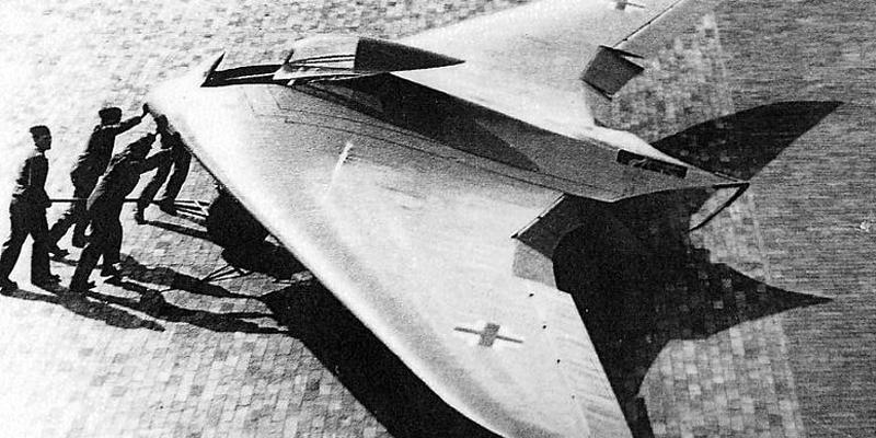 Невидимка в небе Серийное производство Horten Ho IX подразумевало использование инновационного способа обшивки самолета. Комбинированная обшивка выглядела так: два наружных слоя из фанеры толщиной в полтора миллиметра, а между ними 12-миллиметровая прослойка из смеси опилок и древесного угля, пропитанная клеем. Этот уголь и был главным секретом конструкторов — он должен был мешать локаторам союзников видеть самолет в небе.